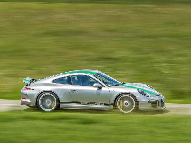 新生ポルシェ 911Rはあくまでストリートに的を絞ったモデルだ(海外試乗)