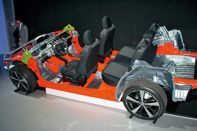 ▲新開発のスバルグローバルプラットフォームが初めて採用される。直噴エンジンと7速マニュアルモード付CVTが組み合わされる