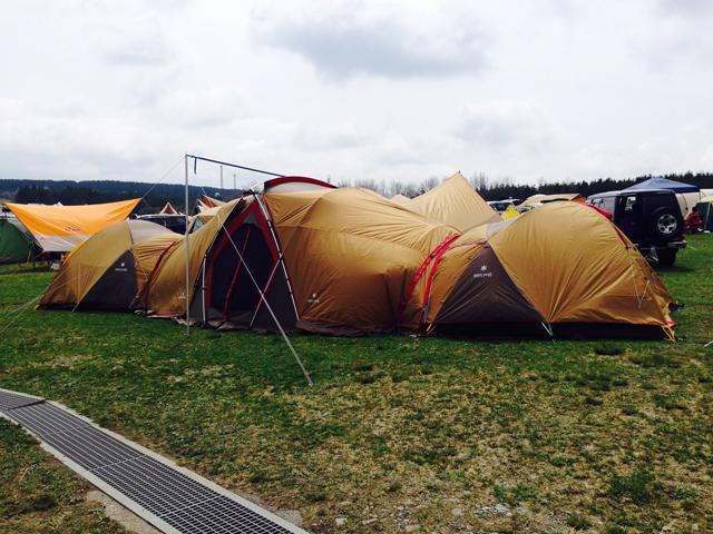 ▲テントやシェルター、タープを連結させると雨の日も快適! キャンプに行くといろいろなスタイルで楽しんでいる人がいるので、物欲が抑えられなくなります(笑)