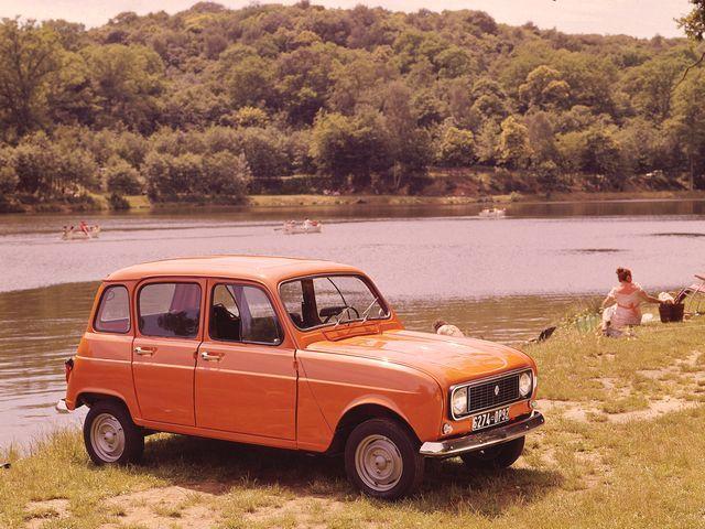▲こちらはルノー 4。シトロエン 2CVを徹底的に研究して開発された小型FF乗用車で、61年から92年の長きにわたり製造販売された。現在の中古車相場はおおむね50万~120万円