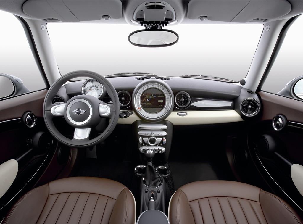 ▲旧型ミニ クラブマンの運転席まわり。現行のそれと比べるとシンプル系のデザインなので、飽きも来にくいかもしれませんね