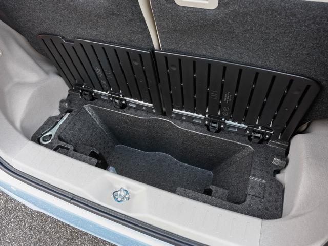 ▲大容量深底ラゲージアンダーボックス。背の高い荷物も積み込めます。サイズがピッタリはまらず不安定なものもフックを使って固定可能です