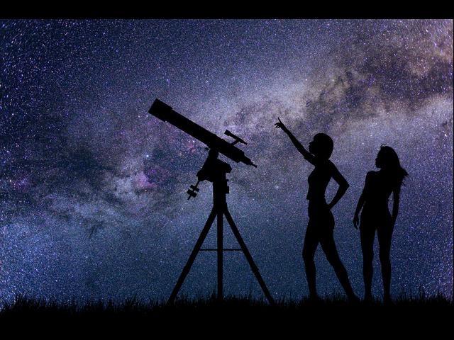 ▲今も昔も人々を魅了する星空。とはいえずっと空を見上げていると首が悲鳴を上げてしまいます。そんなとき、もし4人乗りのオープンカーを持っていたら……