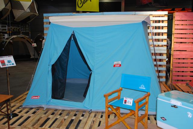▲写真は1970年代に人気のあったテントをベースに開発されたコールマンのクラシックテント。こういうギアにネオクラシックな車が似合うんです