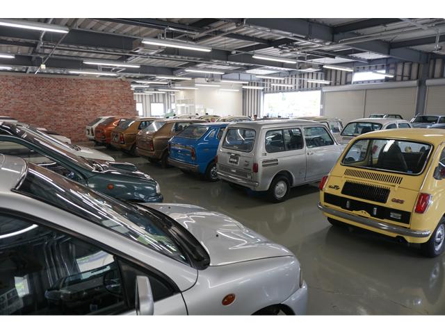 ▲テストコース施設内には歴代のスバル車が並んでいた。中古車市場に出回れば、間違いなく「お宝物件」として値を張るような往年の名車たち。カーセンサーとしては興奮を隠せない