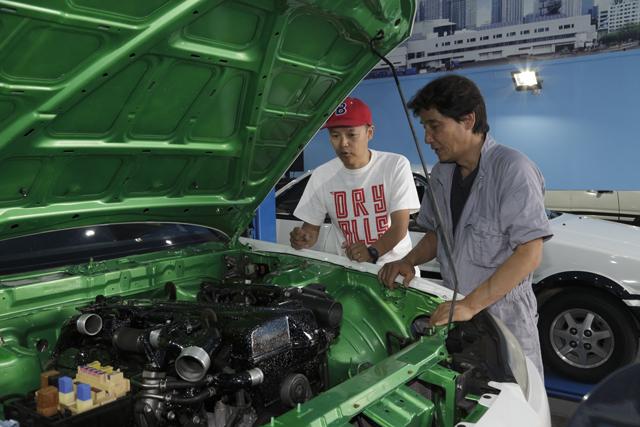 ▲エンジンルームの中を塗装し、エンジンにもラメを入れてある。「アメリカっぽいカスタムがカッコいいよね」とBoseさん