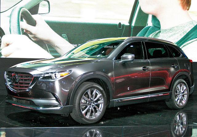 ▲2015年北米、LAショーで披露されたマツダ商品群のフラッグシップにもあたる大型SUVがCX-9。2.5Lターボエンジンが搭載されている。ボディは前述のとおり大型なアメリカンサイズ