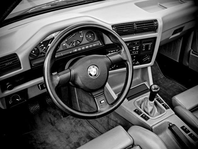 ▲2016年におけるエイティーズな輸入車のコックピット。……それは、もしかしたら「自分専用タイムマシンの操縦席」みたいなものなのかもしれません