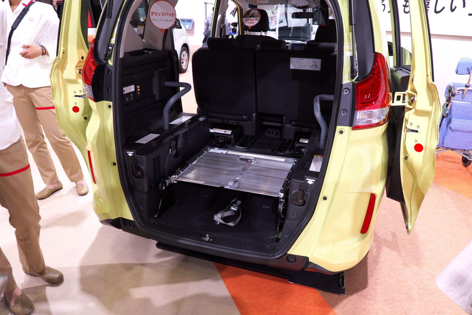 ▲車いす仕様車のスロープは写真のように折り畳める。ここに荷物を置くこともできるなどラゲージの使い勝手がいいため、車いすの人を乗せないときも普通のフリード+同様に使える