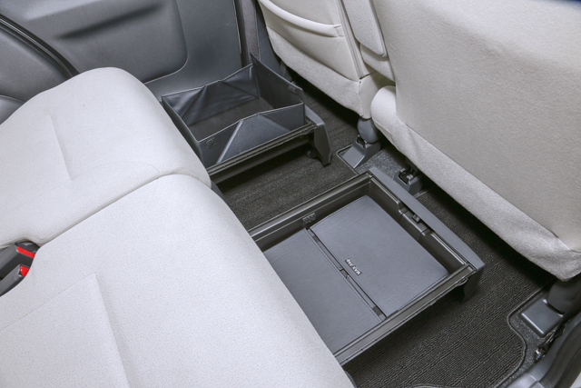 ▲後席シートの足元を有効活用できる「置きラクボックス」を設置。ケースモード(手前)ではシート下に収まる引き出しとして使用でき、中敷を立ち上げたバスケットモード(奥)では転倒しやすい荷物も安定して収納ができる