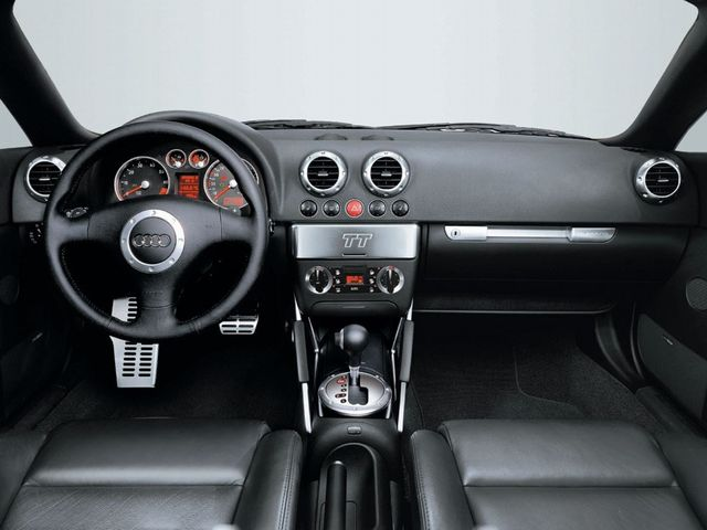 ▲黒いレザーおよび樹脂とアルミニウムの対比が美しい初代TTのコックピット。特にセンターコンソールの「TT」と刻印されたパネルは重厚感たっぷりなアルミ削り出しで、この車の存在感をより一層際立たせている