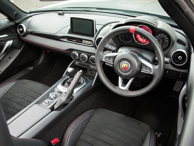 ▲シートを可能なかぎり後方に低く配置。赤い文字盤のタコメーターをメーター部中央に置くなど、スポーティな仕立てに