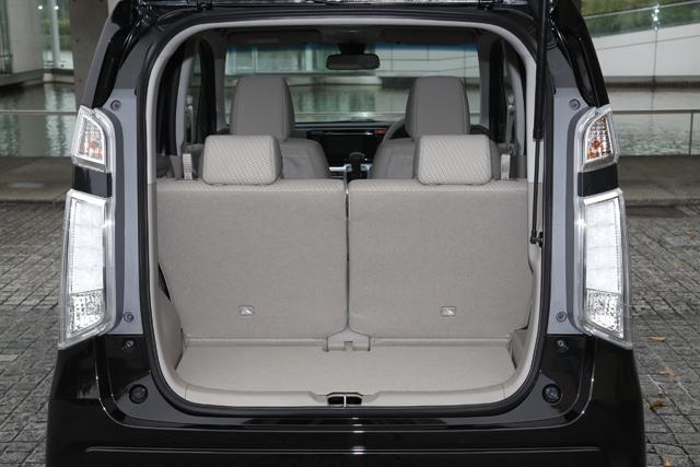 ▲軽自動車って荷室は狭いイメージありませんか? N-WGNなら後席を一番後ろまでスライドさせた状態でも、しっかりと荷室スペースが確保されています