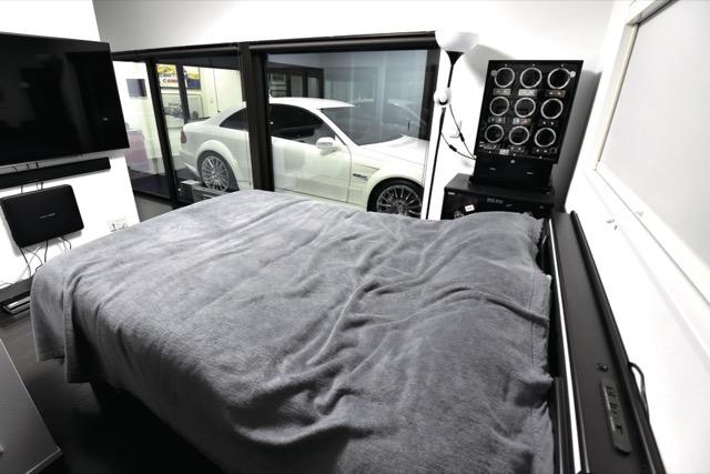 ▲2階のゲストルーム。ゲストも強制的に「車と寝る」ことに……。ロールカーテンによりプライバシーは確保される