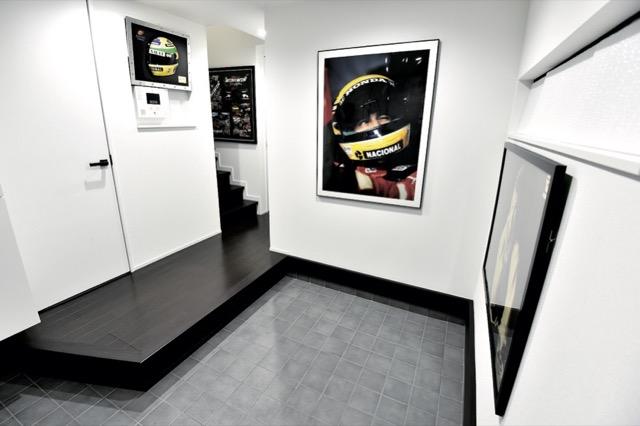 ▲ギャラリーのような玄関は、将来的にオートバイが置けるよう広めのスペースを確保