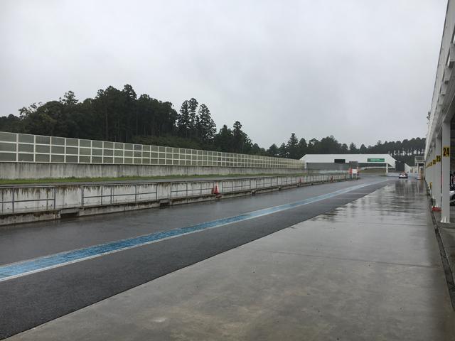 ▲テスト日はご覧のとおり、あいにくの雨。ある程度走り慣れたサーキットではあるが、路面がウエットだと勝手が全く異なってしまう