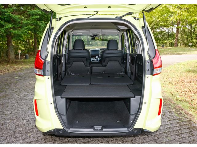▲フリード+は荷室用ユーティリティボードを標準装備。軽量・高強度で、写真のようにフルフラットのアレンジをすれば、セミダブルサイズのマットレスが敷けるスペースが出来上がる。床下収納スペースも確保