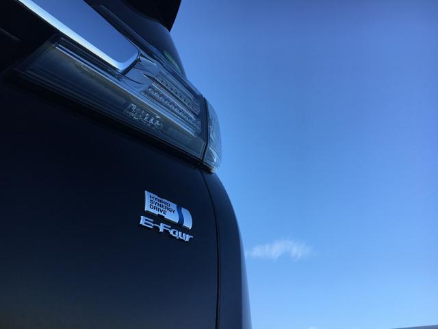 ▲2.5Lガソリンエンジン+モーターのハイブリッド仕様。一般道と高速道路のミックスで約700km走った際の平均燃費は15.2km/L。レギュラーガソリンというのもうれしい