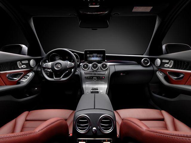 ▲こちらは「AMGライン」の内装。もちろん、すべてのAMGライン装着車のシートが赤いレザーというわけではなく、実際の市場ではブラックレザー装着車両が多い