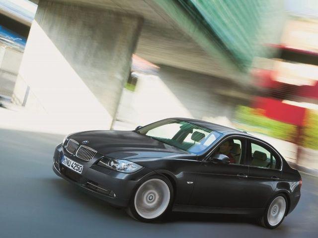 ▲言ってみれば「普通のセダン」なんですが、エンジンの感触はひたすら精密で、高速巡航時もハイスピードコーナリング時も、いきなり運転が上手くなったかのような安定っぷりが味わえます