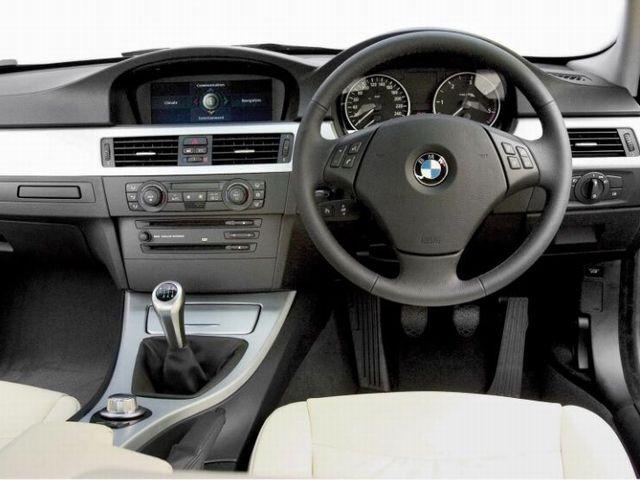 ▲グレードやオプション設定により細部は個体ごとに異なりますが、旧型BMW 3シリーズのインパネまわりはおおむねこのようなデザインテイスト。写真は6MTの本国仕様