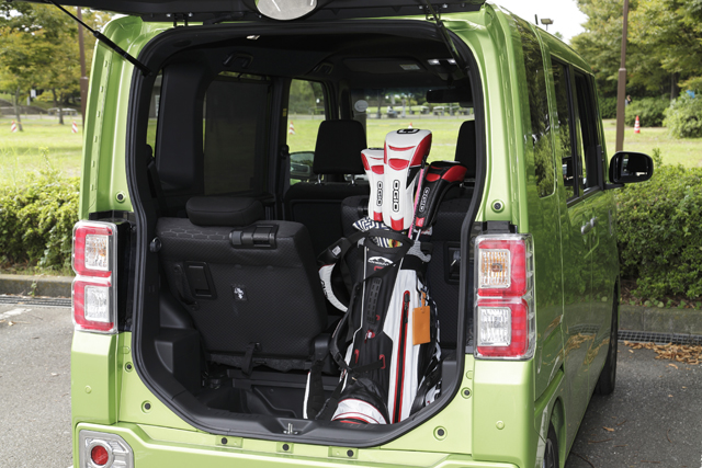 ▲キャディーバッグですら余裕で積める高さのあるウェイク。立体駐車場に入らないことや、燃費が悪いことも、スペースを優先したと思えば受け入れられる