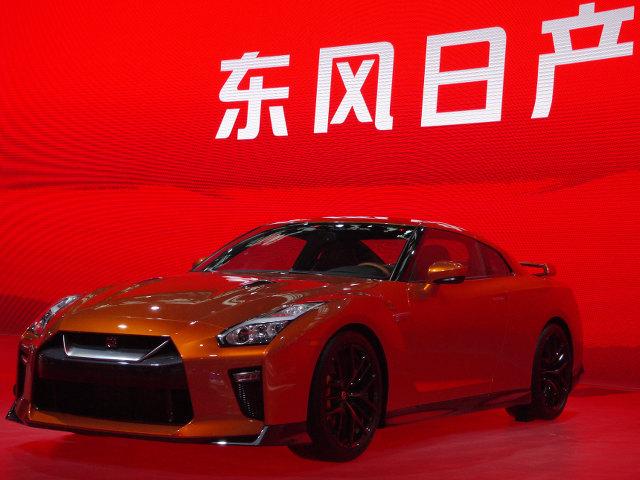 ▲日本でも話題となった2017年モデルの日産 GT-Rが中国市場でデビューした。大きい車と同様にハイスペックな車も好きなお国柄だけに注目を集めていた。彼の地のイメージカラー、赤を背景に背負っての登場も印象的。価格は約3256万円よりとのこと