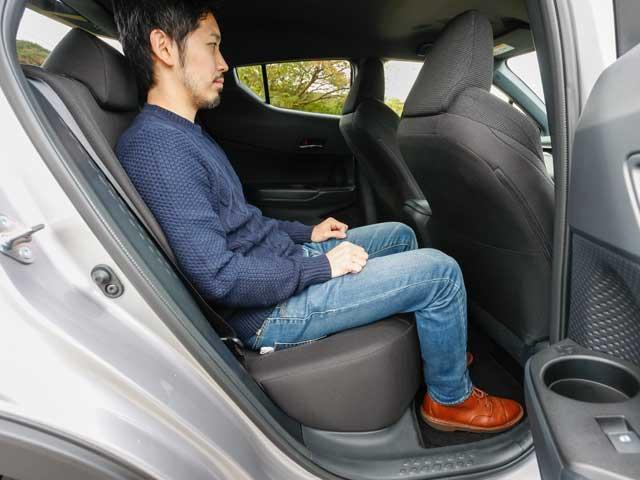 ▲車がコンパクトな分、後部座席も広々とはいかないが、大人が乗っても十分なスペースは確保されている