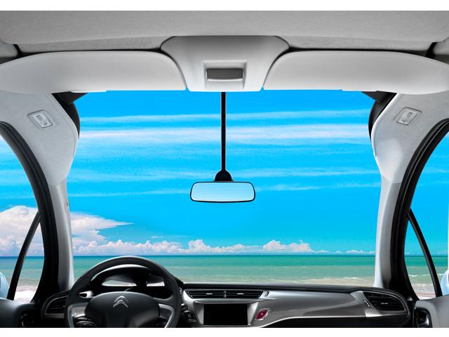 ▲前後長1.35m、左右幅1.43mの巨大なフロントガラス! ドライバーの頭上後方まであるので、他にない視界です