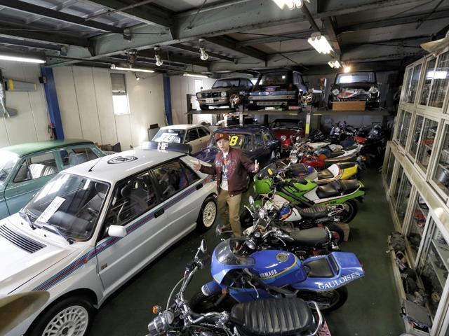 ▲ガレージの中は宝の山! 珍しい車やバイクが所狭しと並べられています。ここでBoseさんが憧れた名車を発見!