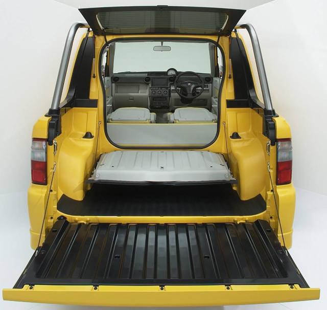 """▲bBオープンデッキはリアドアを開けることで荷台と室内が繋がります。世間では""""珍車""""と呼ばれることもありますが、使い方によってはとても便利な遊び車です! 鮮やかなボディカラーも◎"""