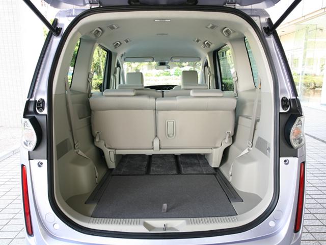 ▲荷室はシート次第で自由自在。座席下に空間があるので、スキー板など長い荷物も載せることができます