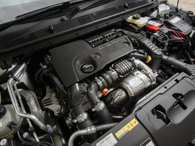 ▲2Lターボはバランサーシャフトを備え振動と静粛性を向上、軽量化や効率化によりJC08モード燃費を18km/Lとした。組み合わされる6ATは従来よりハイギアード化されている