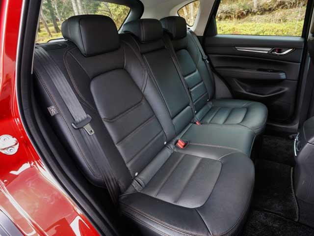 ▲リクライニング機構を採用するなど後部座席の快適性が格段に良くなった。シートの座り心地はもちろん、大人が4人乗っても十分なスペースがある