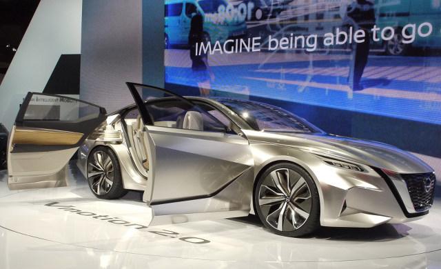 ▲日産が考える、将来のセダンの方向性を示したコンセプトモデルが、「Vモーション2.0」だ。市販車でも採用している、Vモーショングリルがさらに強調されたエクステリアが印象的。そこから伸びるキャラクターラインがエモーショナルだ。観音開きドアが採用され、開放感も演出されている