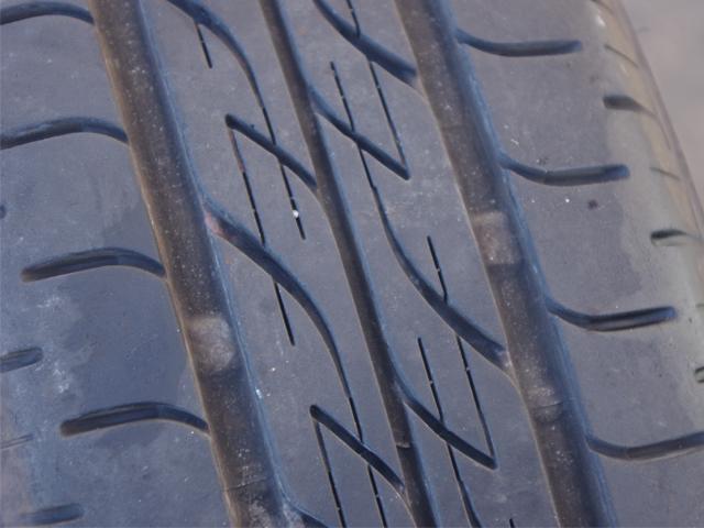 ▲溝の中の膨らんでいる部分がスリップサイン。溝の深さ1.6mmの高さに付られており、これが左右とつながってしまうと使用できなくなる