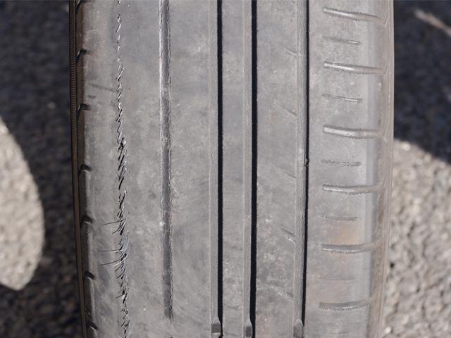 ▲内外ですり減り方が極端に違ってしまったタイヤ。右側はまだ溝が残っているが、左側はすり減りすぎてワイヤーが露出してしまっている