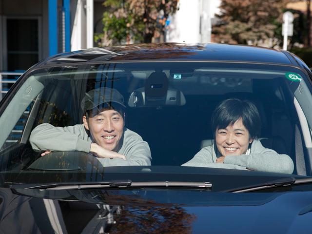"""▲稲葉家(左:真さん、右:志保さん)の愛車は、家族の笑顔を燃料に走る""""縁の下の力持ち"""""""