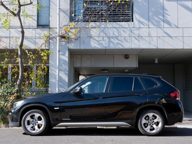 ▲長いエンジンフード、ショートオーバーハング、ロングホイールベースなどBMWらしさを保ちながら、一般的な機械式駐車場にも収まる全幅1800mm/全高1545mmのボディサイズが実現されるなど、日本市場にも配慮されている