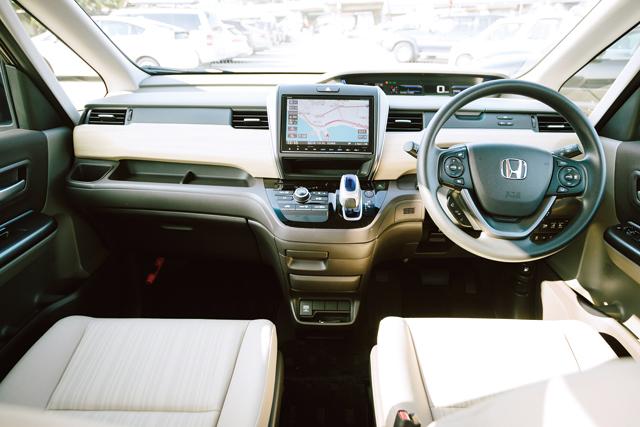 ▲カーナビやATセレクターがインパネの操作しやすい位置に配置されているため、左右前席の間をウォークスルーで移動できる