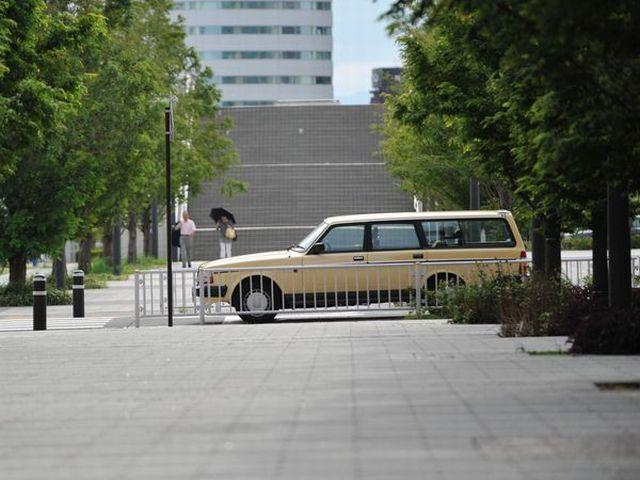 ▲街の風景にすっと溶け込みつつ、なんだかちょっと華やいだ印象にもなる「ちょっと古い欧州車」に、車マニアではない人もぜひ注目していただきたいものです。写真はボルボ 240エステート