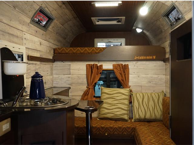 ▲軽トラックとは思えない広い室内空間が広がる。まるで秘密基地のよう