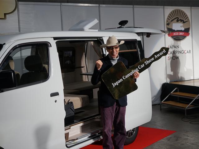 ▲アワードを受賞し笑顔のテリー伊藤さん。副賞として最新型キャンピングカーが1年間無償貸与される