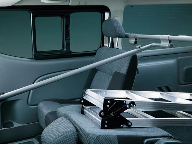 ▲プレミアムGXに標準装備の5:5分割式リアシート。半分シートを倒し長尺物を積んでも、しっかり3人が乗車できる
