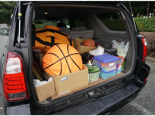 ▲バスケット用品がぎっしり! シューズだけでも3足入っていたので、相手が手ぶらでも一緒にバスケができてしまう