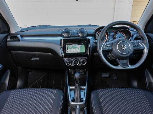 ▲ドライバーを中心としたスポーティで操作性に優れたインテリア。ドライビングに集中できるように、ナビゲーションパネルやエアコンのスイッチなどは5度ドライバー側に向けて傾いている(写真はHYBRID RS)