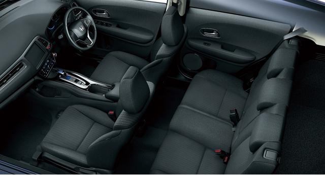 ▲インテリア。運転席と助手席は、ワイドなコンソールで仕切られ独立した空間に。写真では伝わり辛いですが、リアシートのゆとりもきちんと確保されています。静粛性も◎