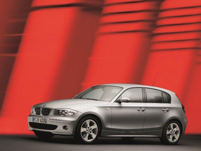 ▲04年9月から11年9月まで販売されたBMWのエントリーモデル、初代BMW 1シリーズ。後輪を駆動するいわゆるFRレイアウトで、前後重量配分もいかにもBMWらしいほぼ50:50になっている
