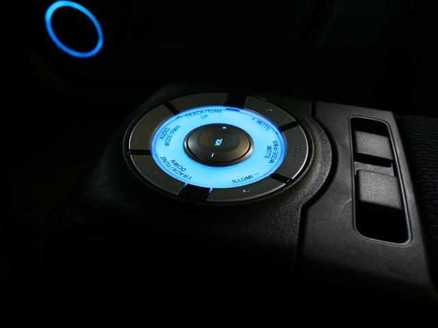 ▲オーディオやイルミネーションの操作が行えるアームレストコントローラー。オーディオ部分に手を伸ばさずに手元で操作することができます