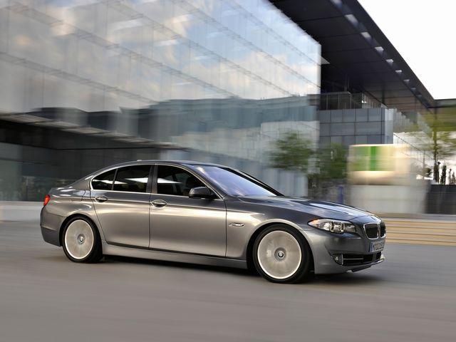 ▲今年2月11日に新型が発売されたことで「旧型」となったF10型BMW 5シリーズ。まだまだ現役感たっぷりのステキな車ですが、新型登場の影響か、その前期型中古車が妙に安くなっていますよ!